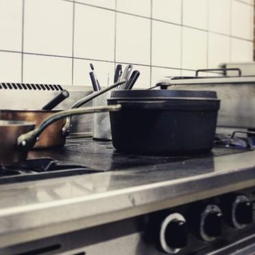 Les cuisines de l'auberge restaurant Au Vieux Pressoir à Caussens dans le Gers